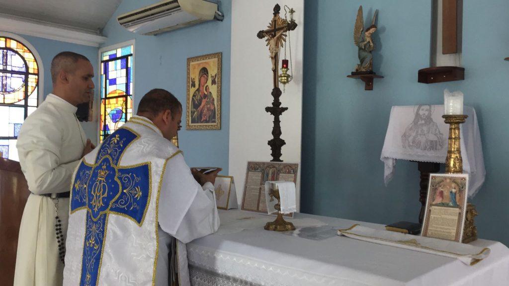 Sacerdote da cidade celebra pela primeira vez a Missa